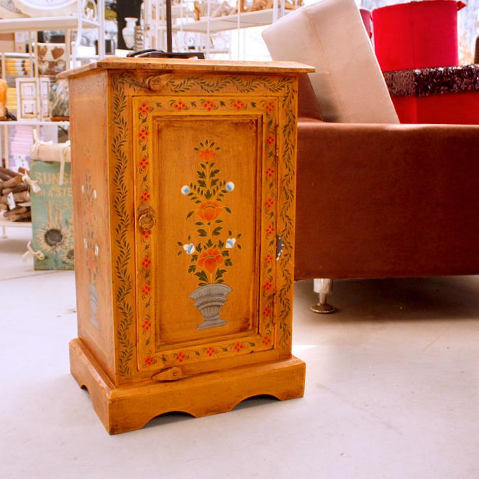 In questa immagine un mobile antico, complemento d'arredo, disponibile in speciale promo - 50%, presso il Garden La Primula di Siziano